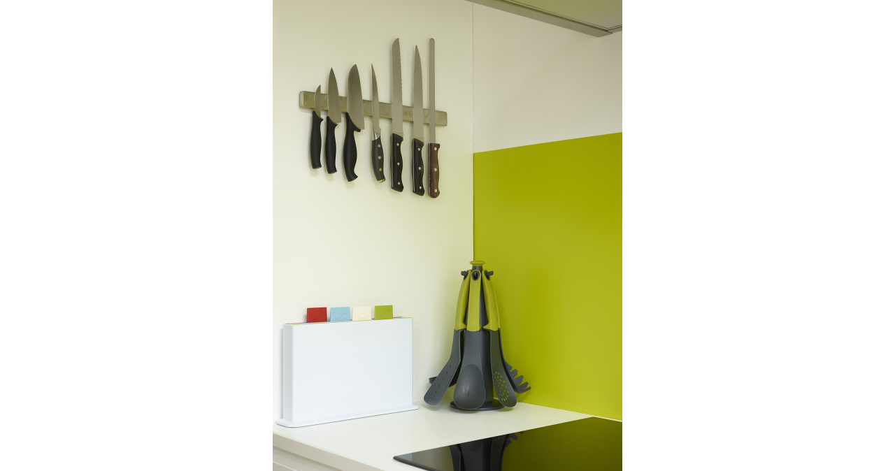 A KITCHEN OF CONTRASTS