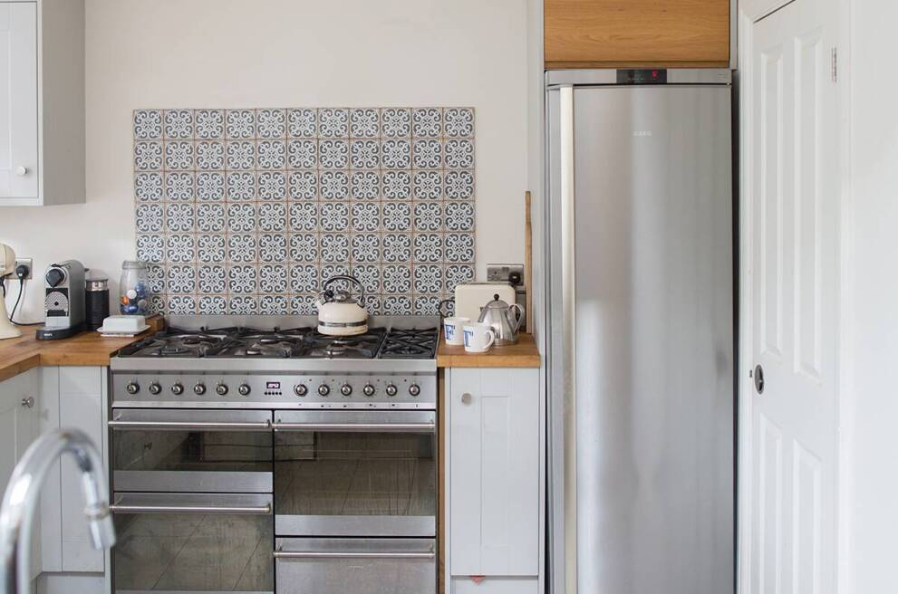 Pros and cons of kitchen wallpaper